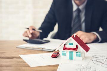 Mann am Schreibtisch bewertet Immobilie in Hannover