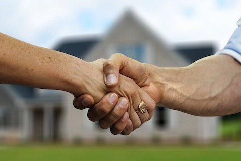 Hausverkauf wird mit Handschlag besiegelt