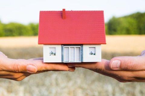 Haus wandert von einer Hand in die andere durch Kaufvertrag